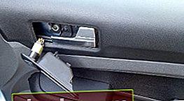 Rimozione del rivestimento della portiera anteriore Ford Focus 2